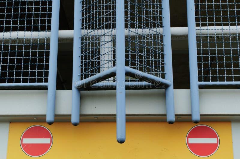 Download Zwei Stoppschilder stockfoto. Bild von anschlag, ausgang - 106803566