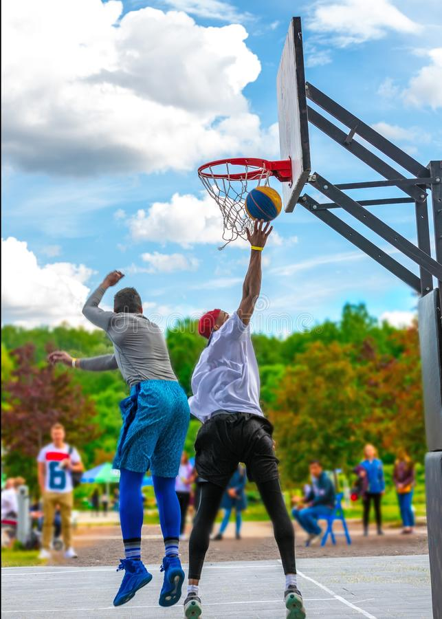 Zwei Straßenbasketball-spieler, welche die Ausbildung im Freien haben Sie machen eine gute Tat stockbilder
