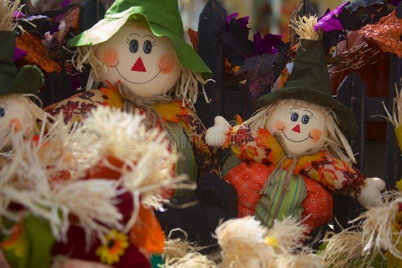 Zwei Straw Scarecrows Smiling für Halloween stockfotos