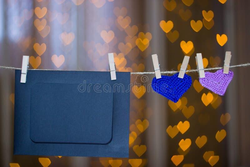 Zwei strickten Herz- und Fotorahmen auf der Wäscheklammer lizenzfreie stockfotos