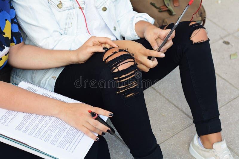 Zwei Studentinnen bereiten sich für Prüfungen vor stockfotos