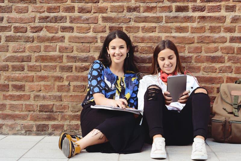 Zwei Studentinnen bereiten sich für Prüfungen vor lizenzfreie stockfotos