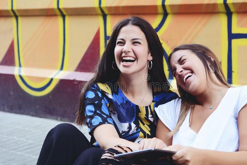 Zwei Studentinnen bereiten sich für Prüfungen vor stockfotografie