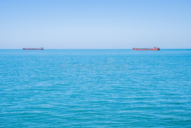 Zwei Tanker auf dem Horizont des Schwarzen Meers stockfoto