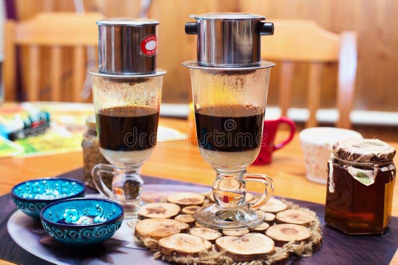 Zwei Tasse Kaffees auf Vietnamesisch stockfotos