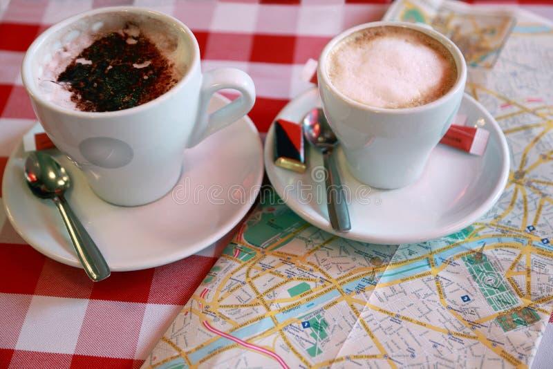 Zwei Tasse Kaffeestandplätze in der Nahaufnahme stockbilder