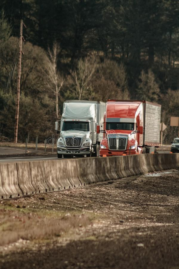 Zwei tauscht halb auf Oregon-Autobahn zwischenstaatliche 5 neben einander fahren lizenzfreies stockfoto