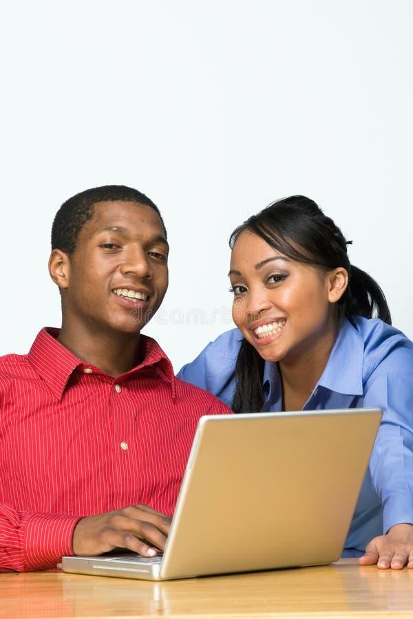 Zwei Teenager mit der Laptop-Computer - horizontal stockfoto