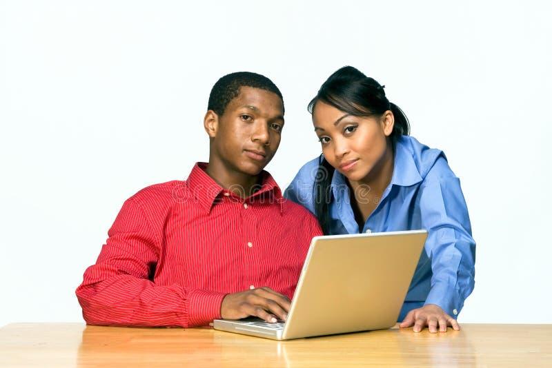 Zwei Teenager mit der Laptop-Computer - horizontal lizenzfreies stockbild