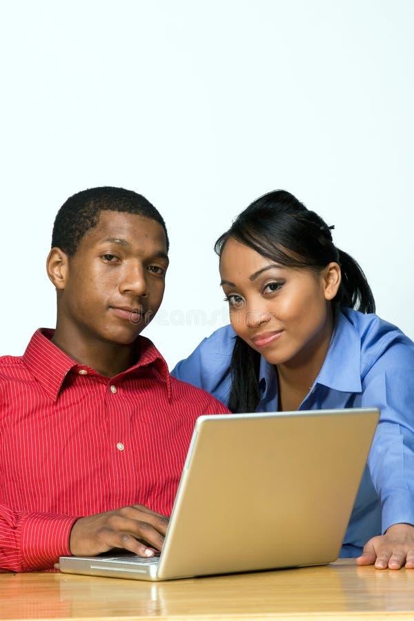 Zwei Teenager mit der Laptop-Computer - horizontal stockbild