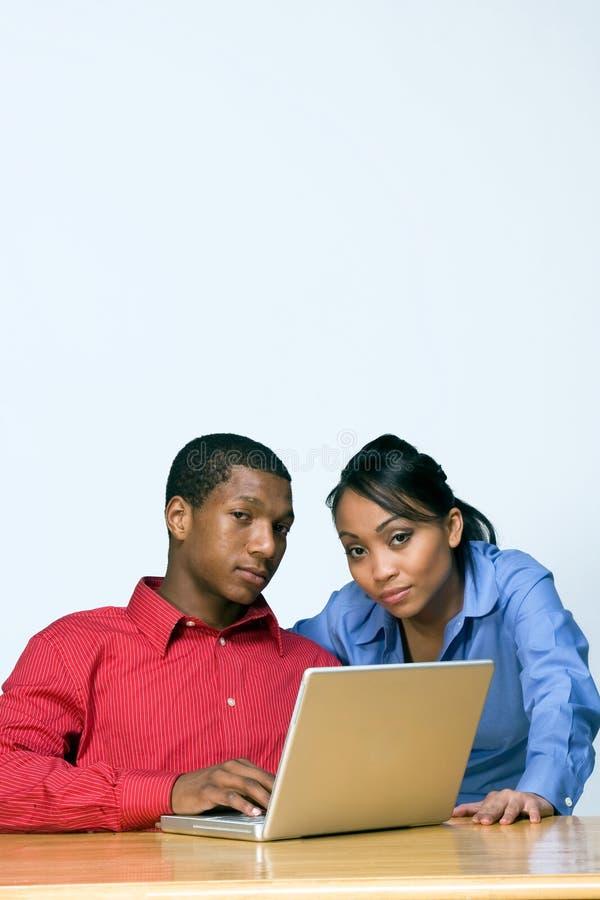 Zwei Teenager mit Laptop-Computer - Vertikale stockfotografie