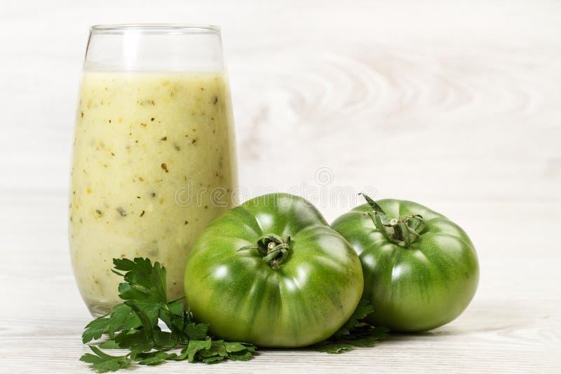 Zwei Tomaten, Petersilie und ein gesundes Getränk lizenzfreie stockfotografie