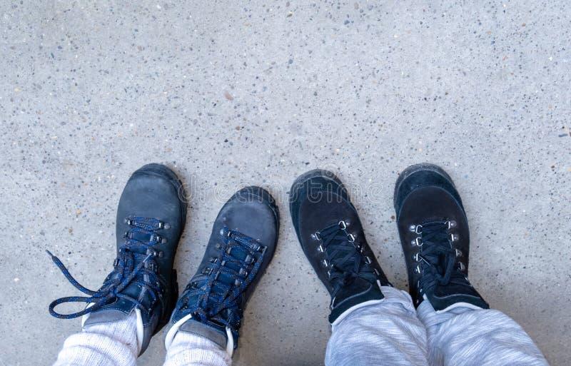 Zwei Touristenbeine Stiefel blaue Kopie Platz Wandertasche Rucksack Rucksack Paar blaue Top-Ansicht Sneakers lizenzfreie stockbilder