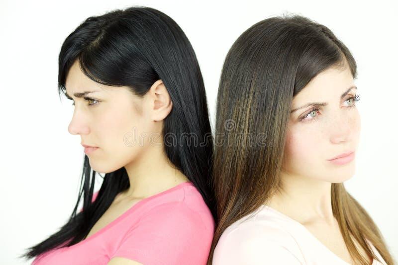 Zwei traurige Frauen verärgert an einander nicht Unterhaltungslokalisierte Nahaufnahme stockfotografie
