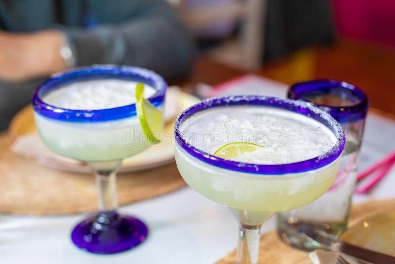 Zwei typische mexikanische Schalen mit Margaritagetränk lizenzfreies stockbild