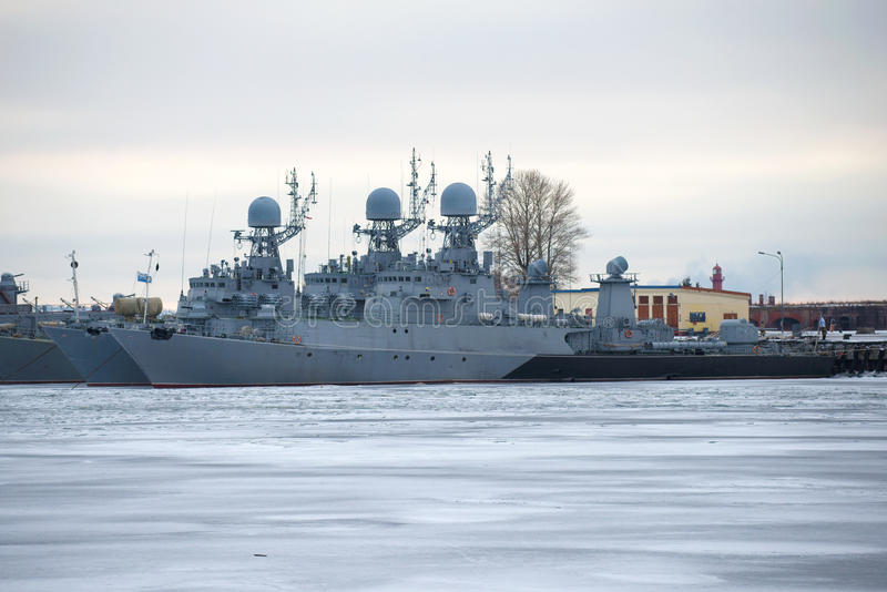 Zwei U-Boot-Abwehr-Korvetten der baltischen Militärflotte auf dem Winter im Januar Dämmerung parkend Kronstadt stockfoto