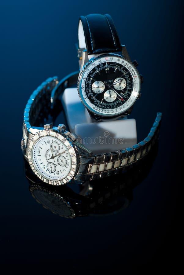 Zwei Uhren auf Schwarzem lizenzfreie stockfotos