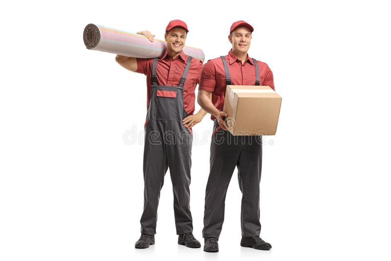 Zwei Urheber, die einen Teppich und ein Paket halten stockfotos