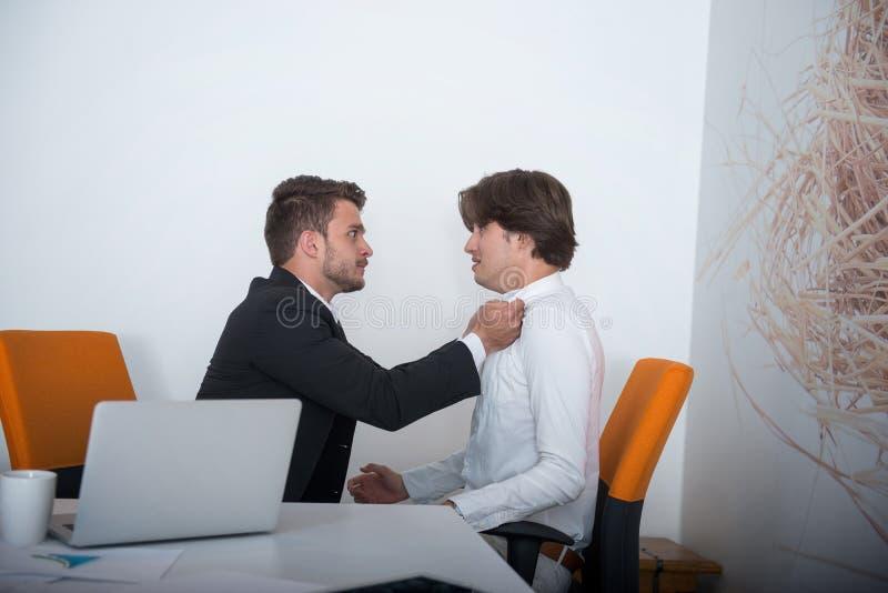 Zwei verärgerte Geschäftskollegen während eines Arguments lizenzfreie stockbilder