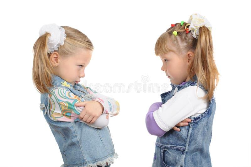 Zwei verärgerte kleine Mädchen lizenzfreie stockbilder