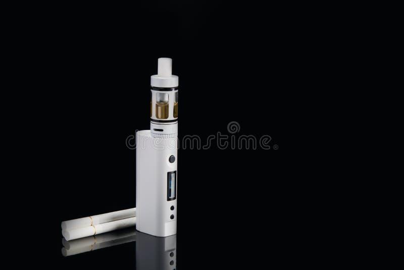 Zwei verschiedene Zigaretten, liegen zusammen auf einem schwarzen Hintergrund lizenzfreie stockbilder