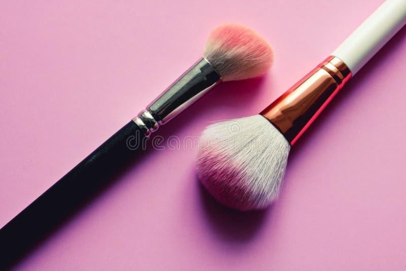Zwei verwendet bilden Bürsten auf dem rosa Hintergrund Art und Weisekonzept stockfotos