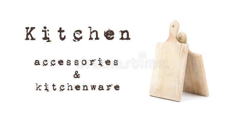 Zwei verwendeten die hölzernen Schneidebretter, die auf weißem Hintergrund mit schriftlichem Zeichen Küchenzubehör und -küchenges lizenzfreie stockfotografie