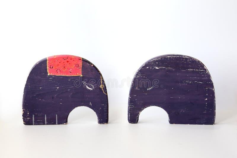 Zwei violette Elefanten des Spielzeugs auf weißem Hintergrund Postkarten in der Liebe stockfoto