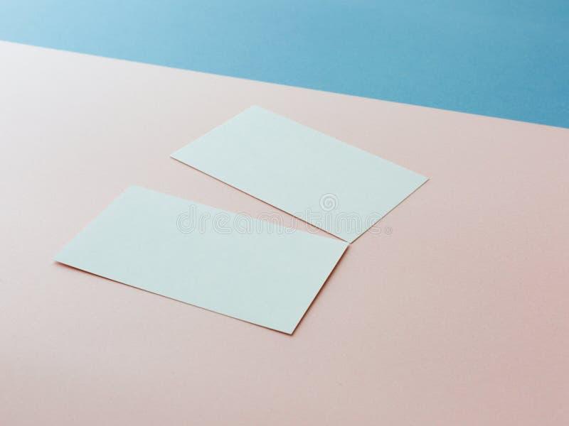 Zwei Visitenkarten auf mehrfarbigem Hintergrund lizenzfreie stockfotografie