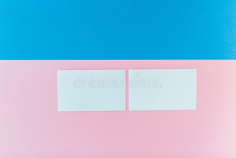 Zwei Visitenkarten auf mehrfarbigem Hintergrund stockbilder