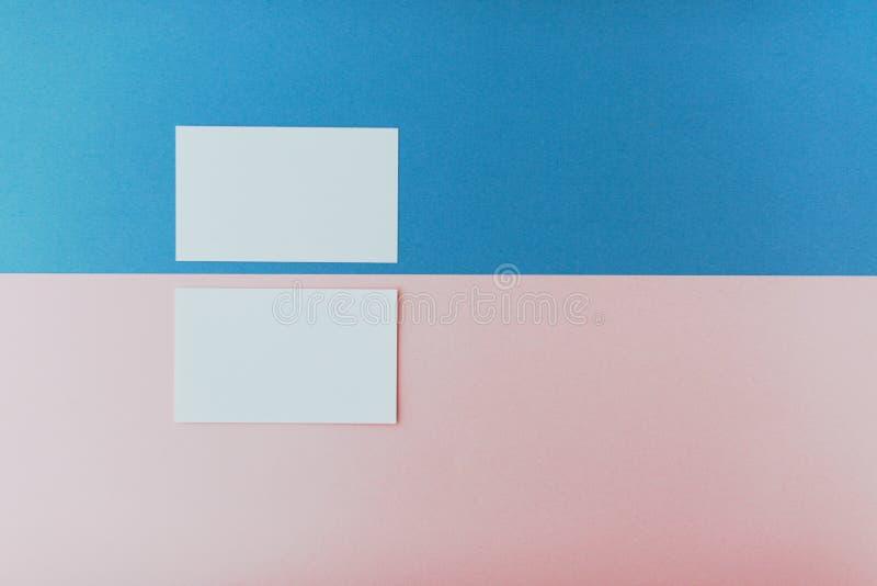 Zwei Visitenkarten auf mehrfarbigem Hintergrund stockfotografie