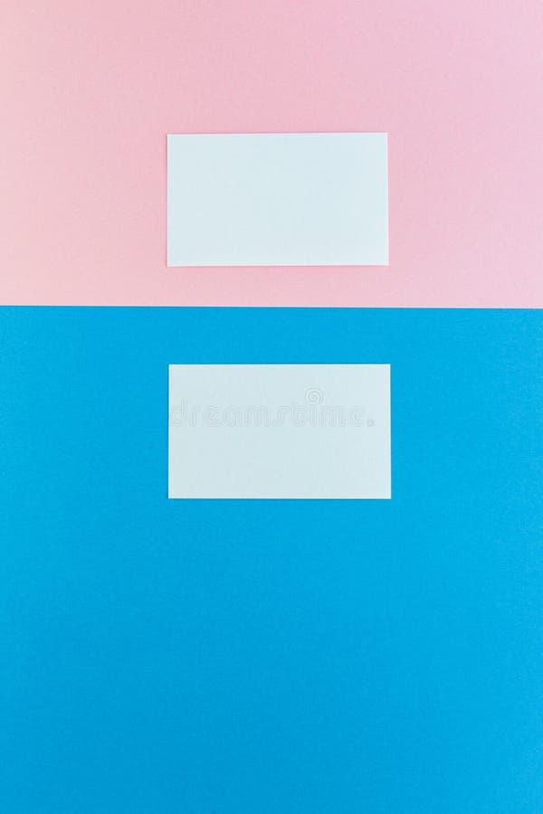 Zwei Visitenkarten auf mehrfarbigem Hintergrund stockbild