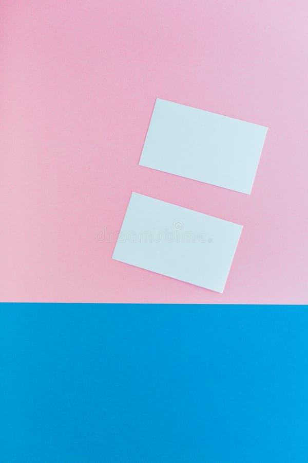 Zwei Visitenkarten auf mehrfarbigem Hintergrund lizenzfreies stockfoto