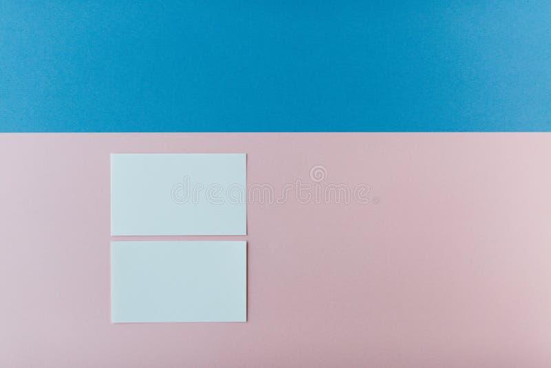 Zwei Visitenkarten auf mehrfarbigem Hintergrund lizenzfreie stockbilder
