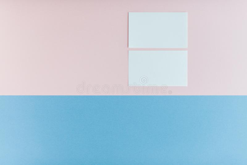 Zwei Visitenkarten auf mehrfarbigem Hintergrund lizenzfreies stockbild