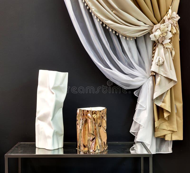 Zwei Vorhänge mit dekorativer Aufnahme lizenzfreie stockfotos