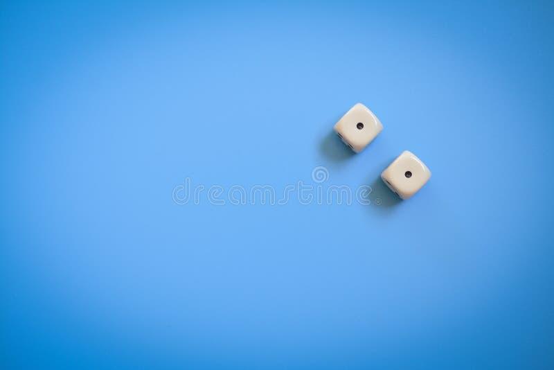 Zwei Würfel auf einem Blau stockbild