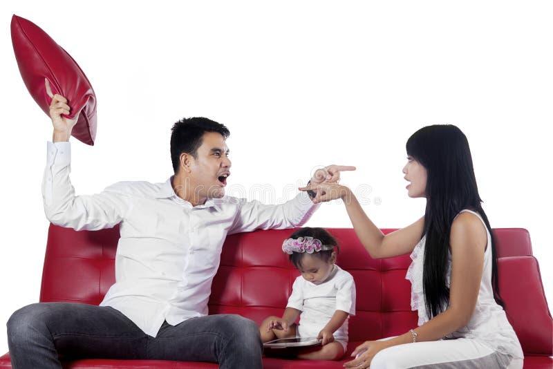 Zwei wütende Eltern beim Streiten stockfoto