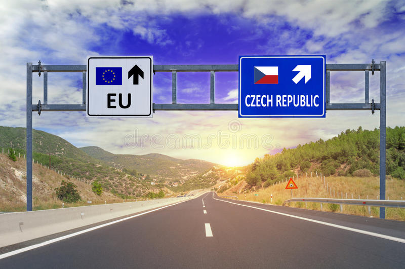 Zwei Wahlen EU und Tschechische Republik auf Verkehrsschildern auf Landstraße stockbild