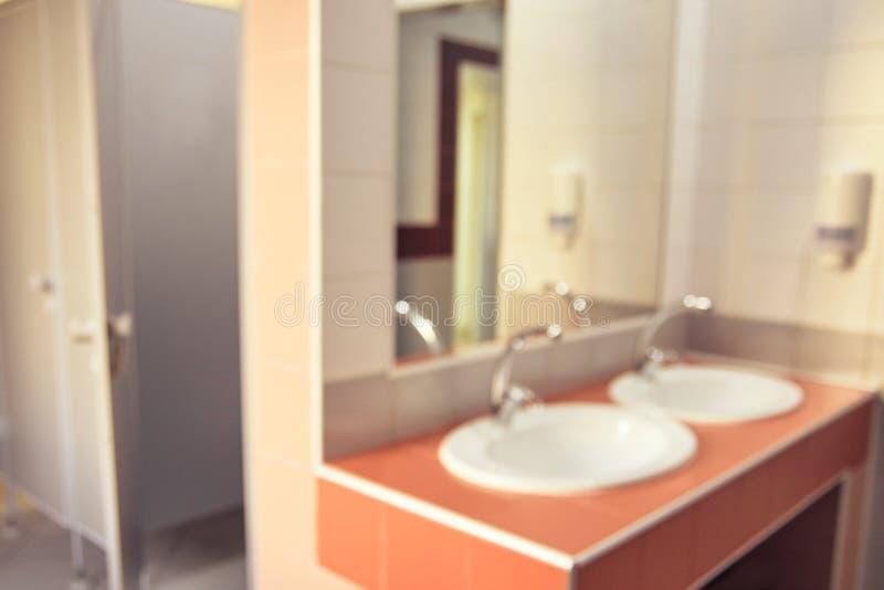 Zwei Wannen Unscharfer Hintergrund Großer Spiegel stockbilder
