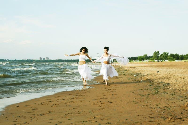 Zwei weiße Engel auf dem Strand stockfotos