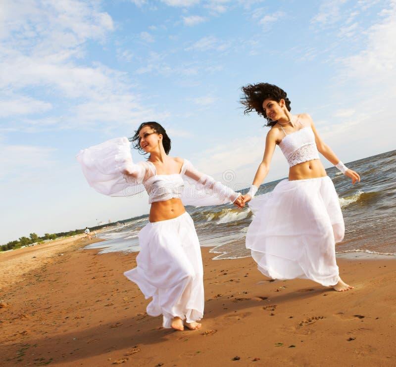 Zwei weiße Engel auf dem Strand stockbilder