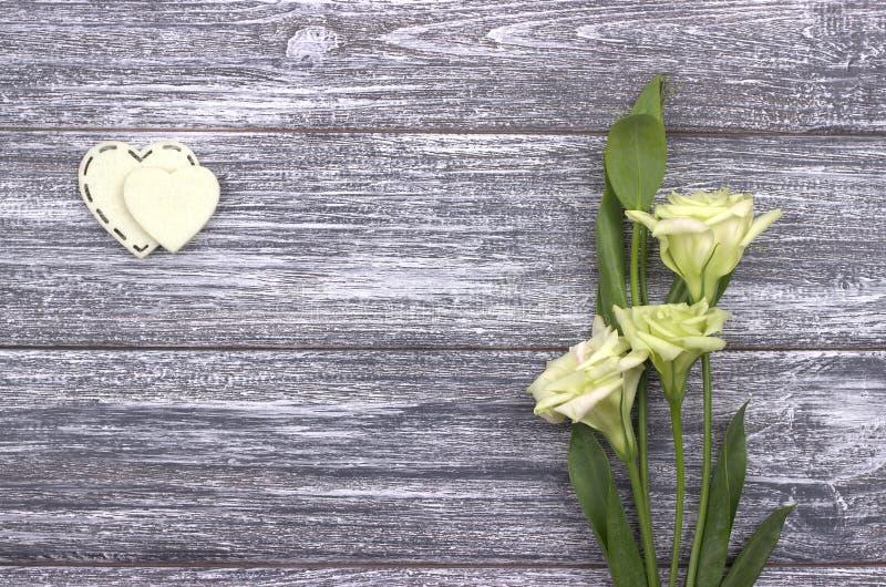zwei wei e herzen des filzes und der blumen auf einem h lzernen hintergrund liebevolle paare. Black Bedroom Furniture Sets. Home Design Ideas