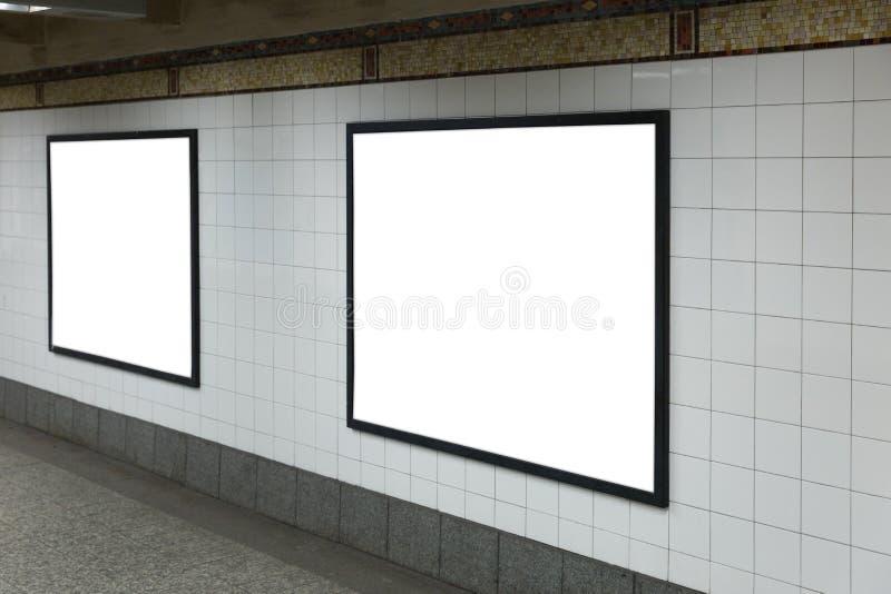 Zwei weiße leere Anschlagtafeln im Tunnel lizenzfreie stockbilder
