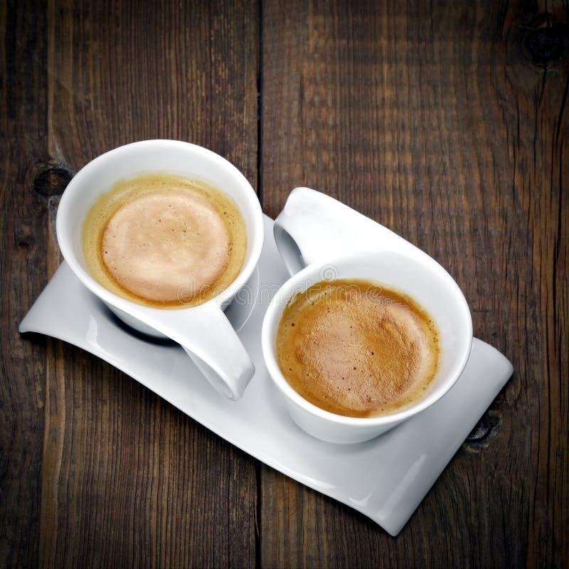 Zwei weiße Schalen Espresso zusammen auf der einer Platte stockfoto