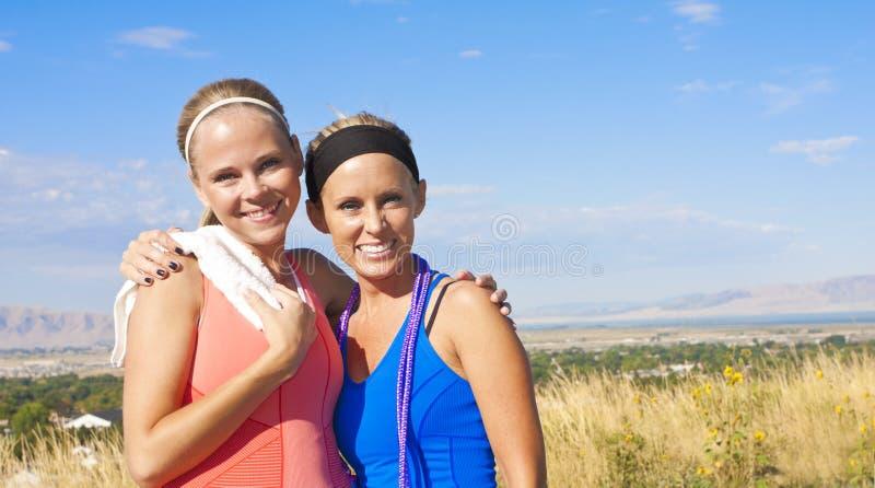 Zwei weibliche Freunde nach ihrem Training stockbilder