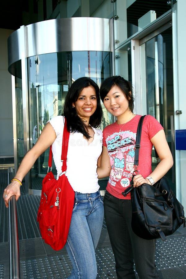 Zwei weibliche Kursteilnehmer. stockfoto