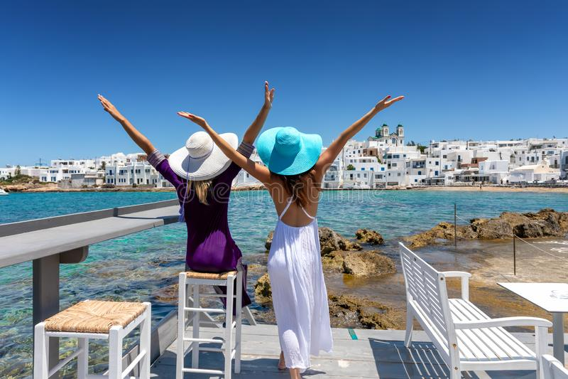 Zwei weibliche Reisendfreunde in den Kykladen, Griechenland lizenzfreies stockfoto