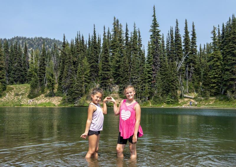 Zwei weibliche Vetter, die Spaß auf einer Wanderung im Berg Rainier National Park, Washington haben stockbild