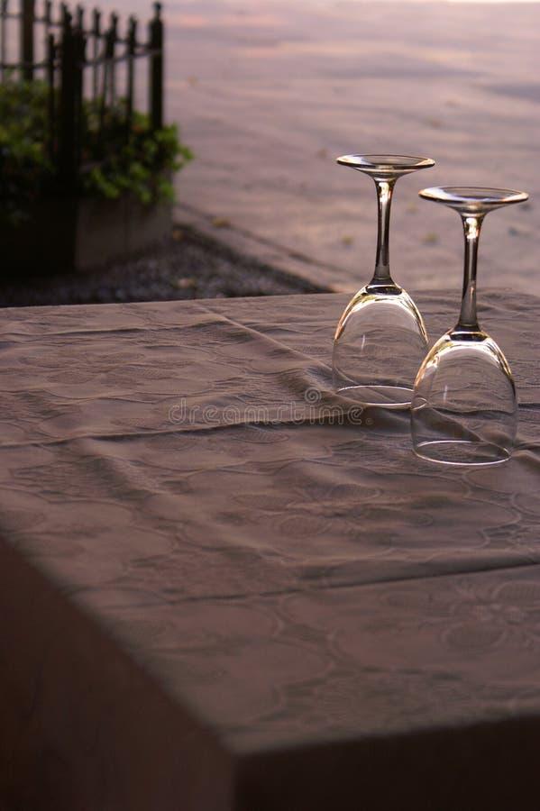 Zwei Weingläser auf einer Tabelle am sunet stockfotos